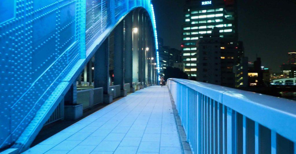 永代橋を歩いて渡る