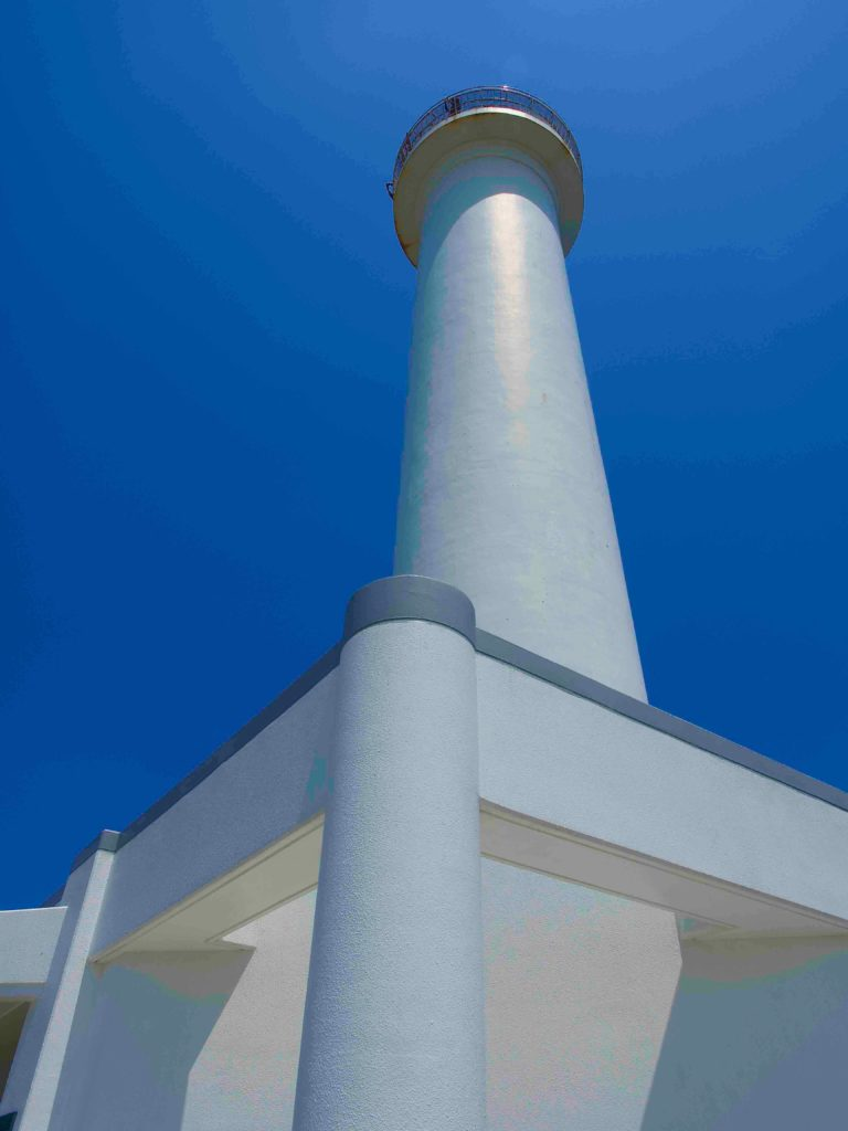 高い建物は下から見上げるように撮る 灯台と青空