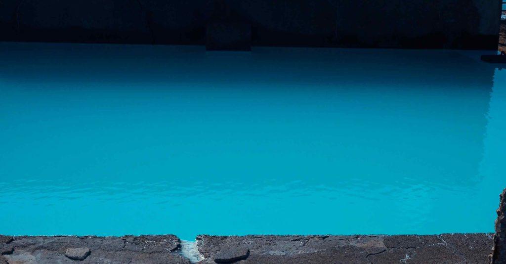 山川製塩工場跡のコバルトブルー