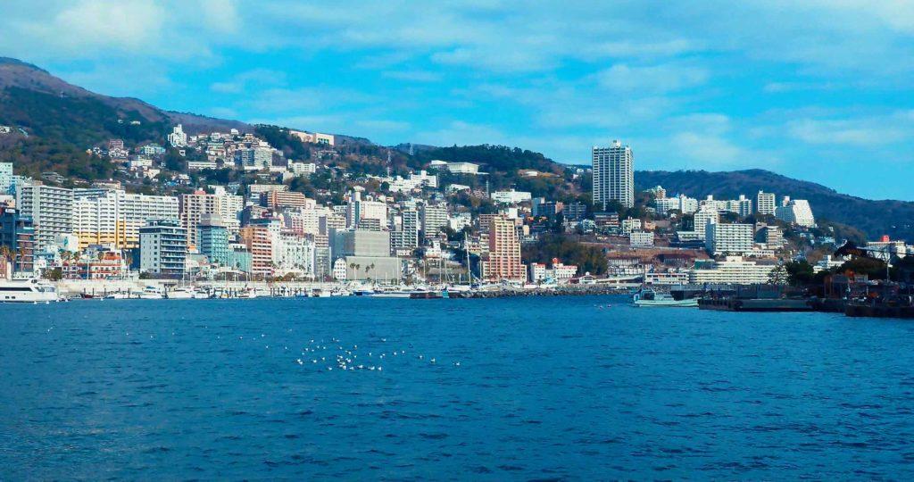 熱海港から温泉街を眺める