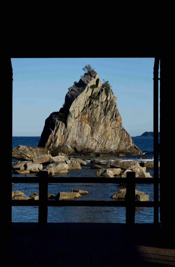 額縁に入った橋杭岩