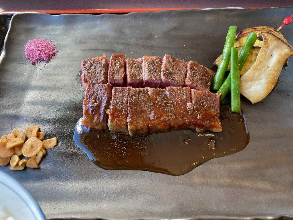メインのステーキは柔らかく美味しい