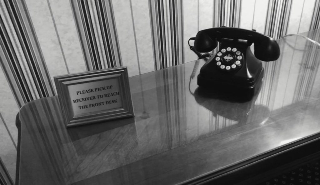ホテルの電話が鳴る