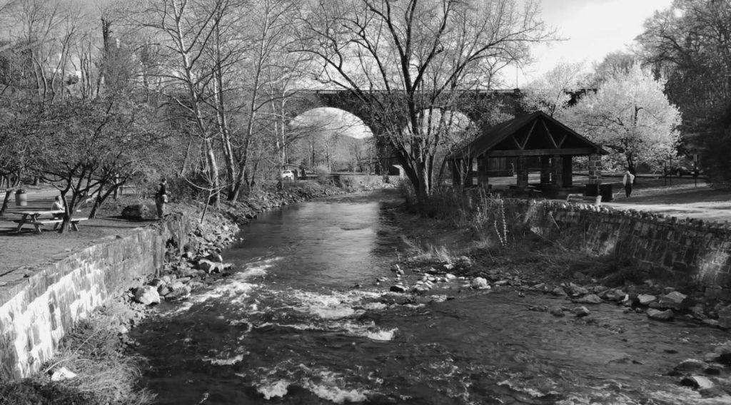 川が逆流している