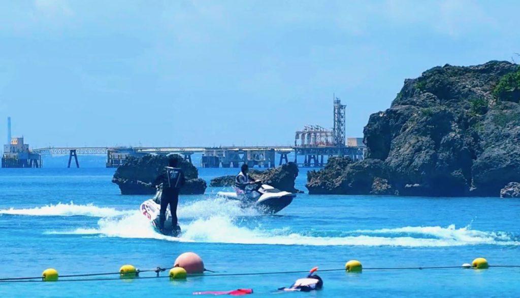 沖縄の海の水上バイクは絵になる