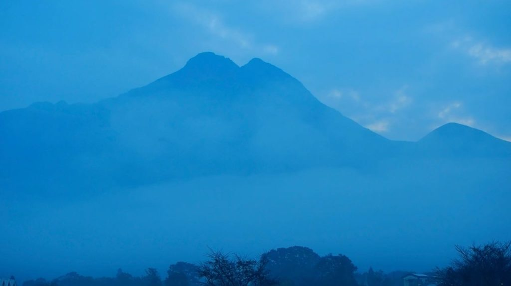朝靄の由布岳