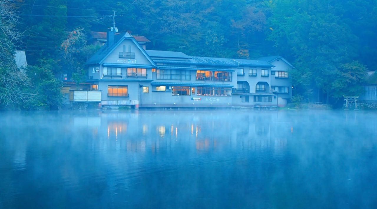 湯布院にて 金鱗湖の朝霧