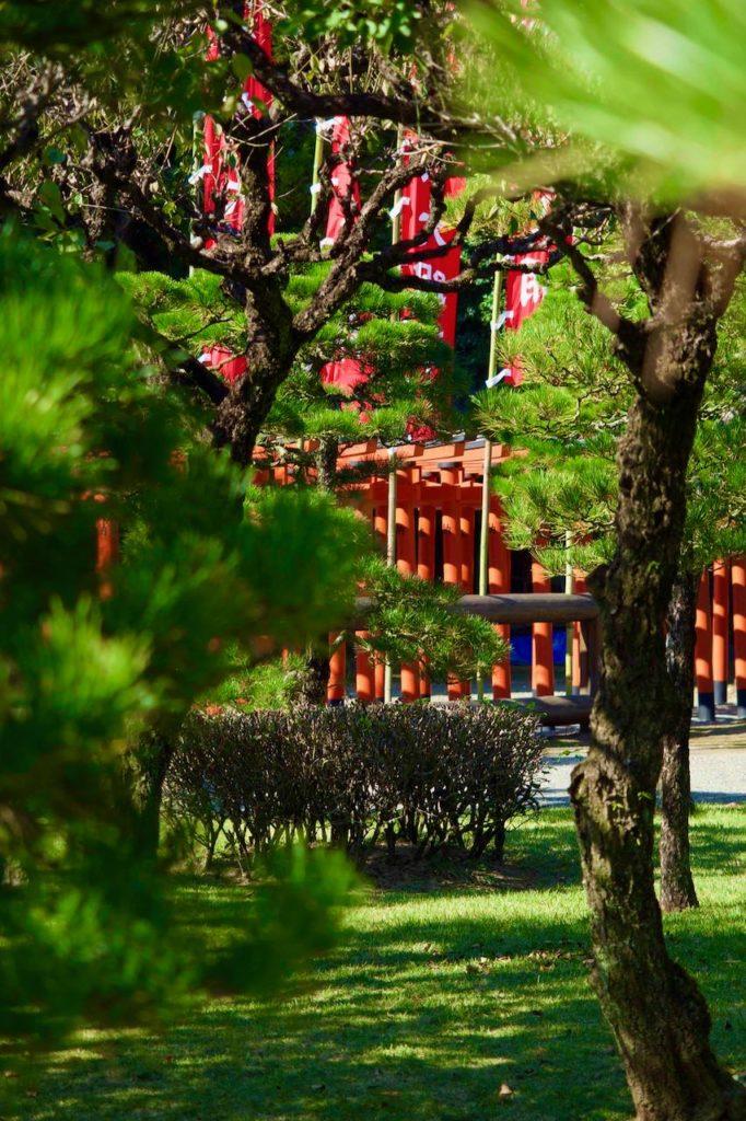 庭園の中にある神社