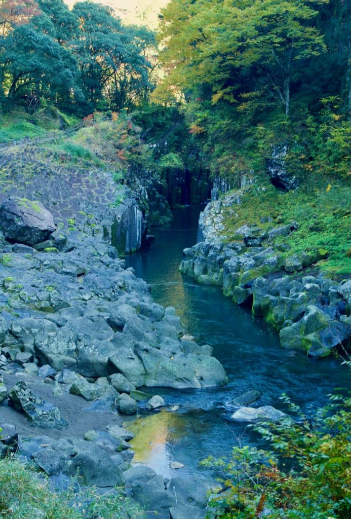 険しい峡谷を歩く