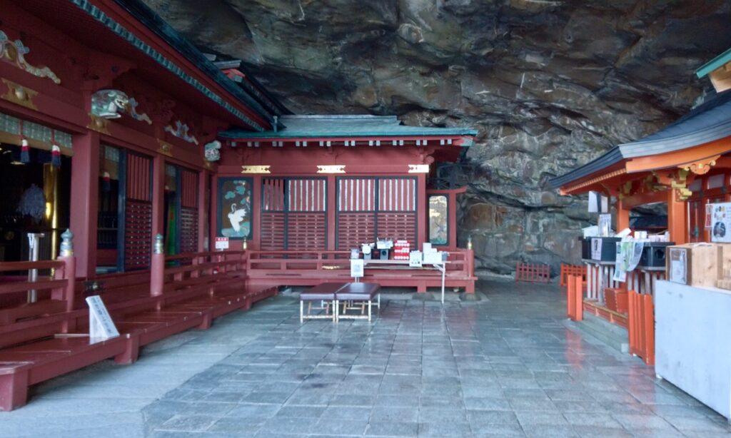 断崖絶壁に建つ鵜戸神宮本殿