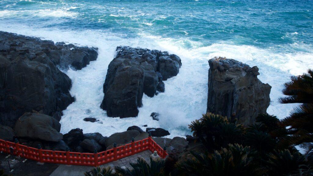 鵜戸神宮 荒々しい波はいつまで見ていても飽きない