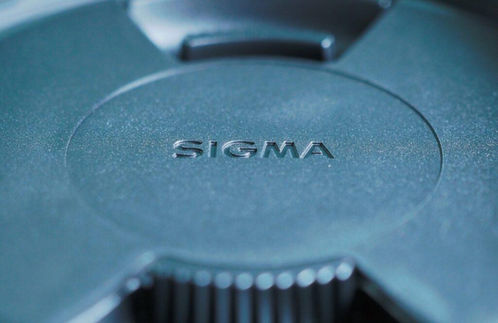 SIGMA 16mm F1.4 DC DNフードとレンズキャップ